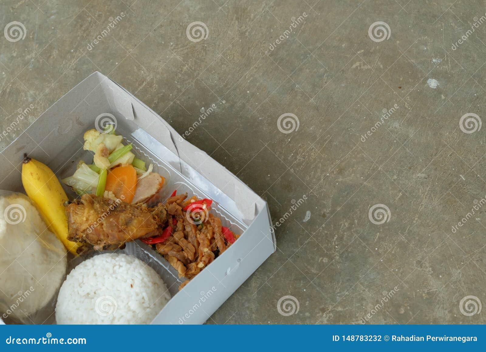 Nasi kotak或饭盒 与菜和鸡内圆角的混杂的米