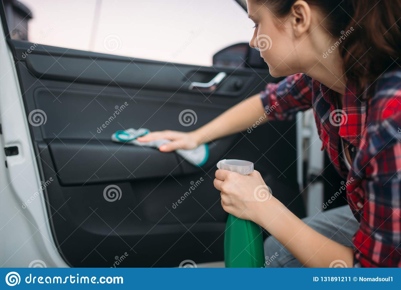Nass Reinigung des Innenraums des Autos auf Autowäschen