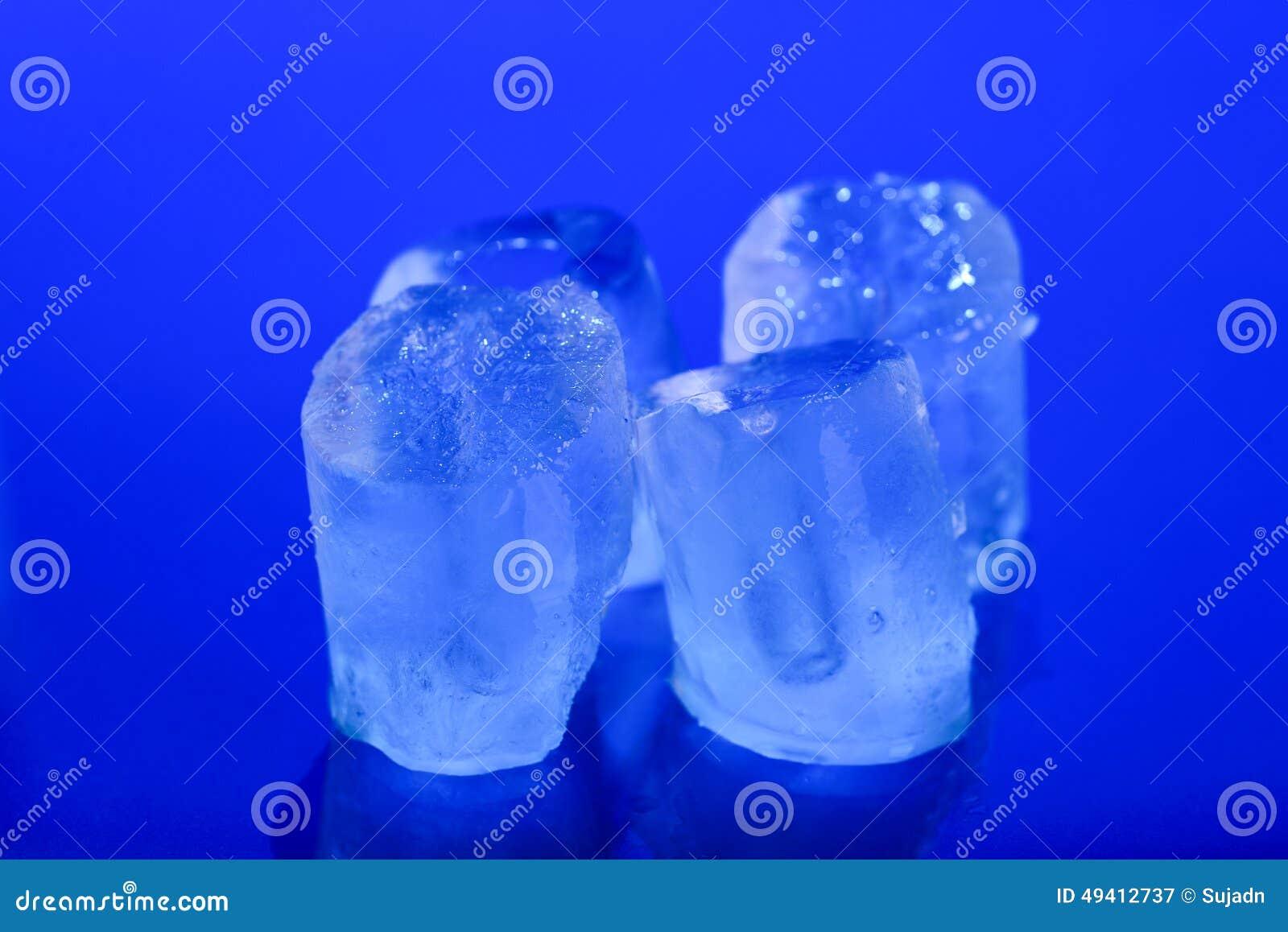 Download Nasse Eiswürfel Auf Blauem Hintergrund Stockbild - Bild von transparent, würfel: 49412737