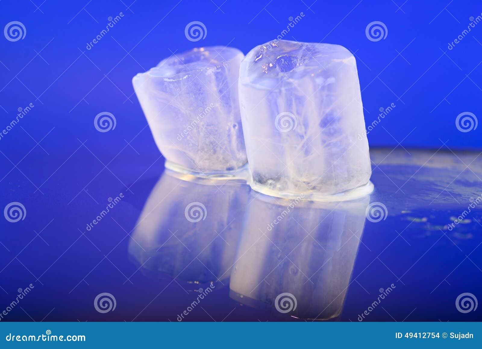 Download Nasse Eiswürfel Auf Blauem Hintergrund Stockfoto - Bild von lichtdurchlässig, tropfen: 49412754