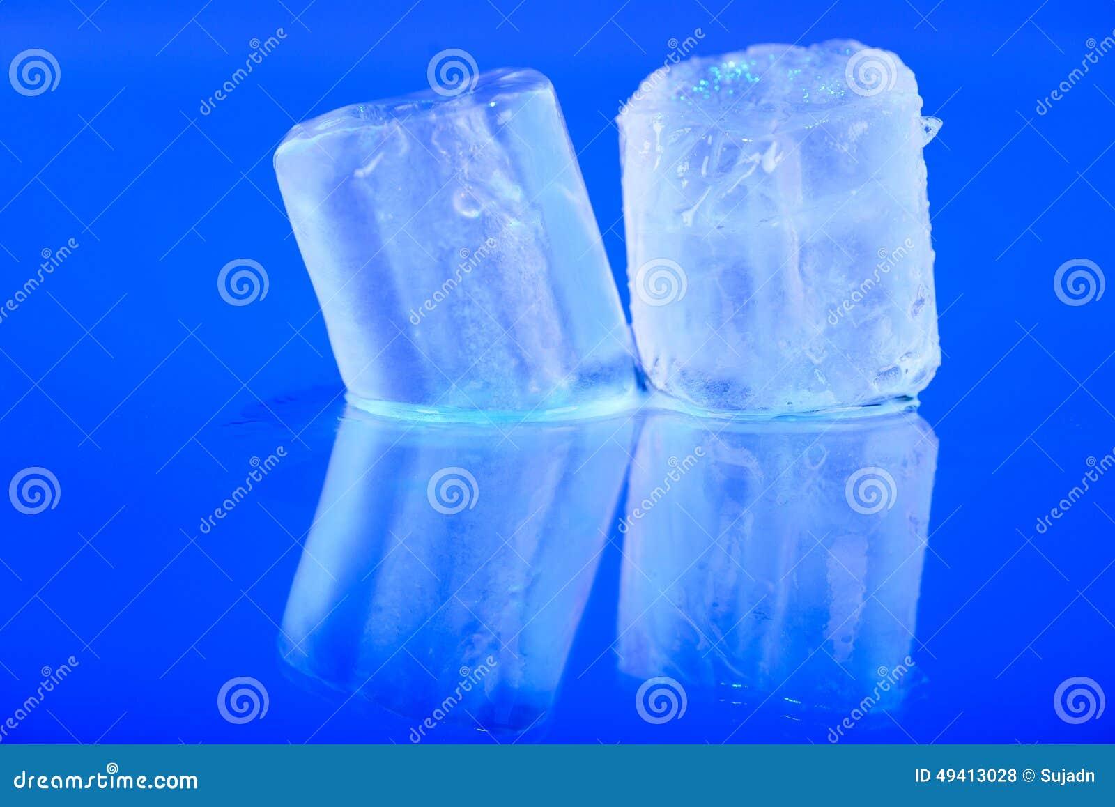 Download Nasse Eiswürfel Auf Blauem Hintergrund Stockfoto - Bild von frisch, wasser: 49413028