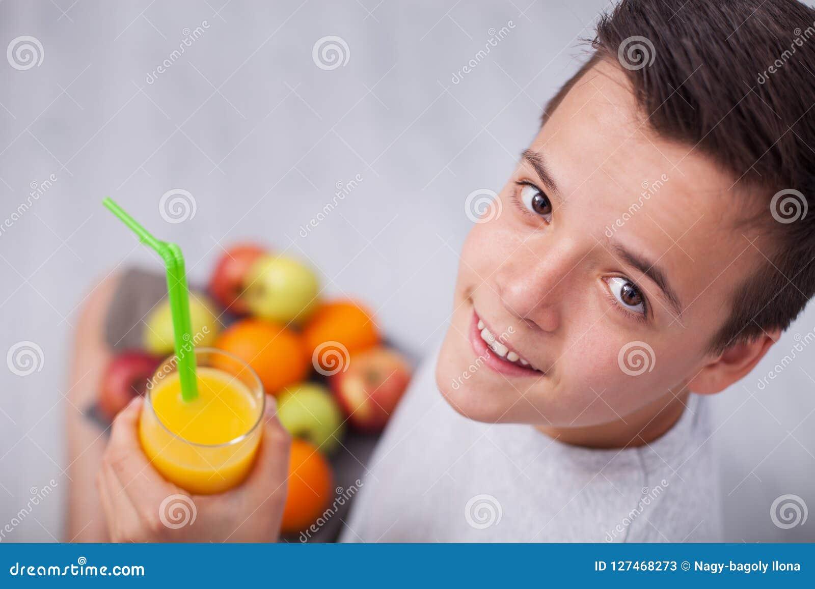 Nastolatek chłopiec z wszystkie prawymi dieta wyborami - mienie owoc śliwki