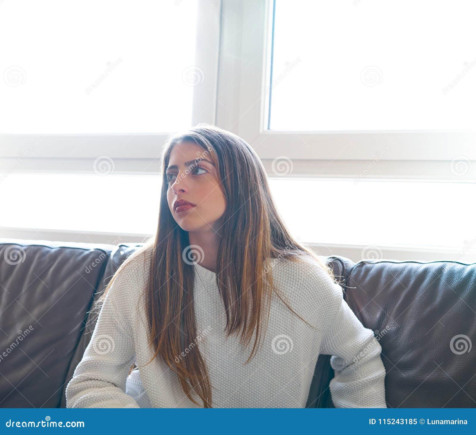 Nastolatek dziewczyny portreta salowa rzemienna kanapa