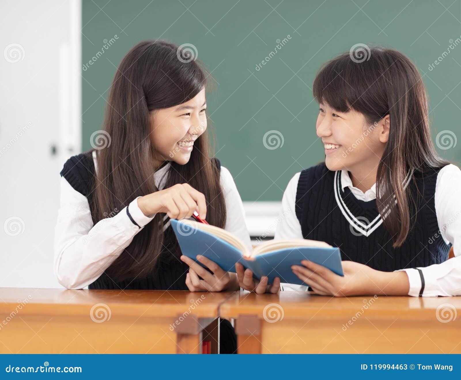 Nastolatek dziewczyny ucznia studiowanie w sala lekcyjnej