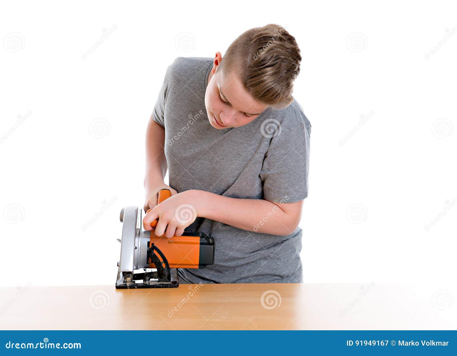 Nastolatek w fachowym szkoleniu używa kółkową rękę zobaczył