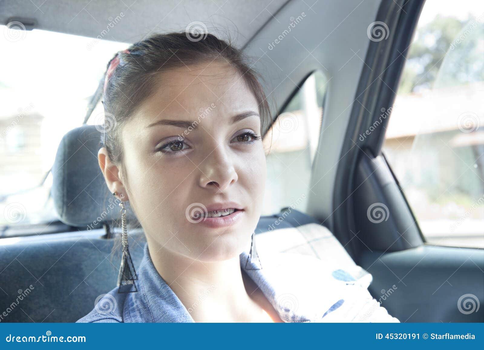 Nastolatek w samochodzie
