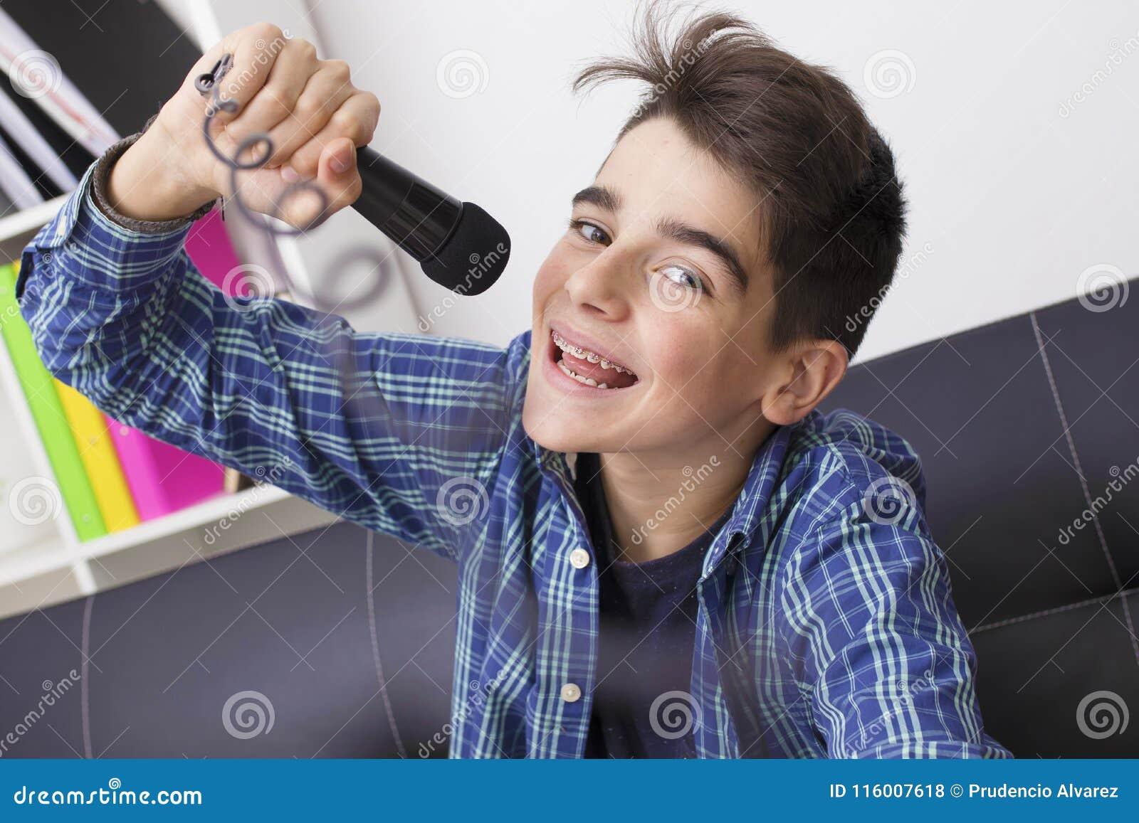 Nastolatka lub preteen śpiew