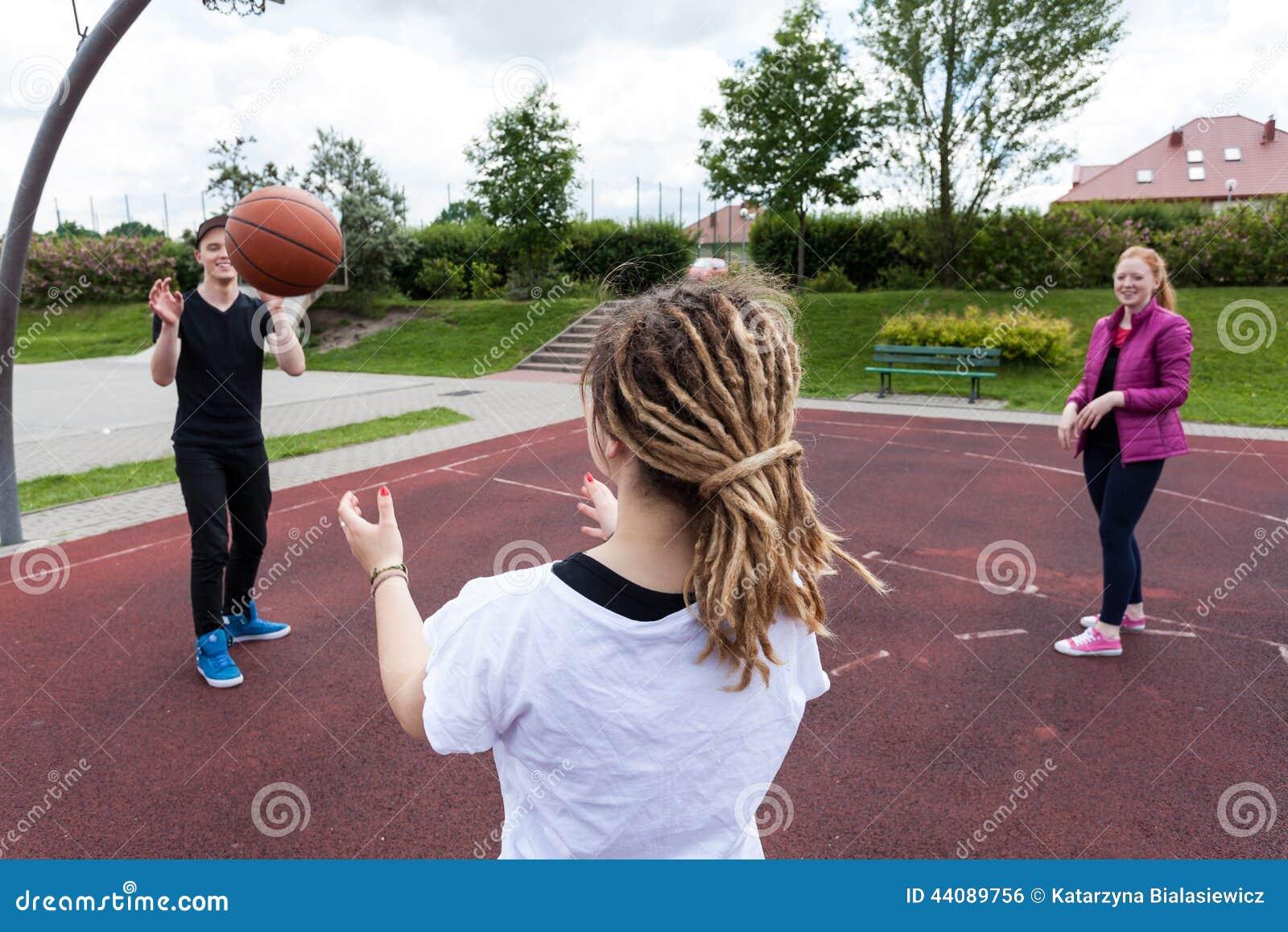 Nastolatkowie bawić się koszykówkę w parku