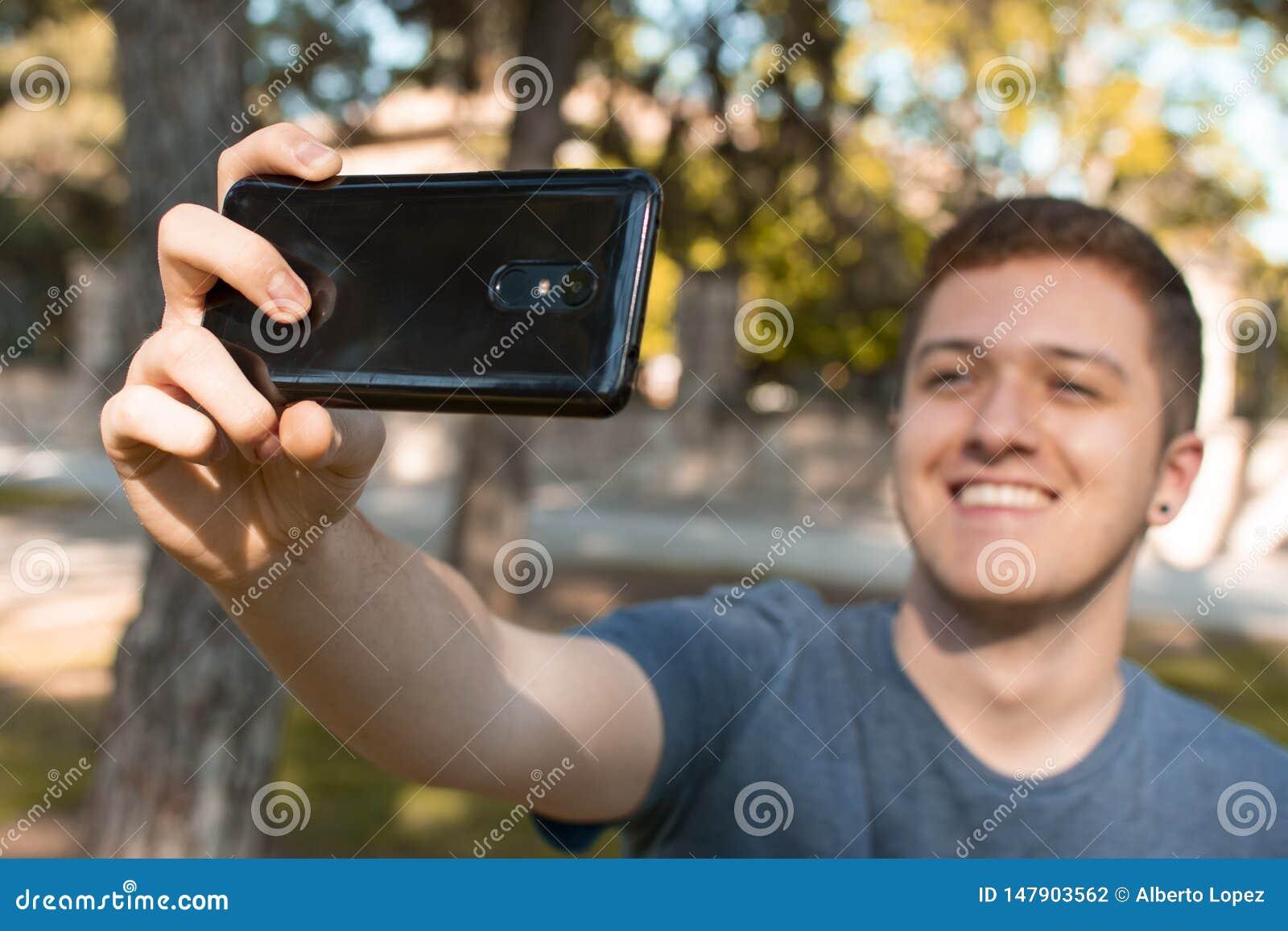 Nastoletni brać ono uśmiecha się i selfie