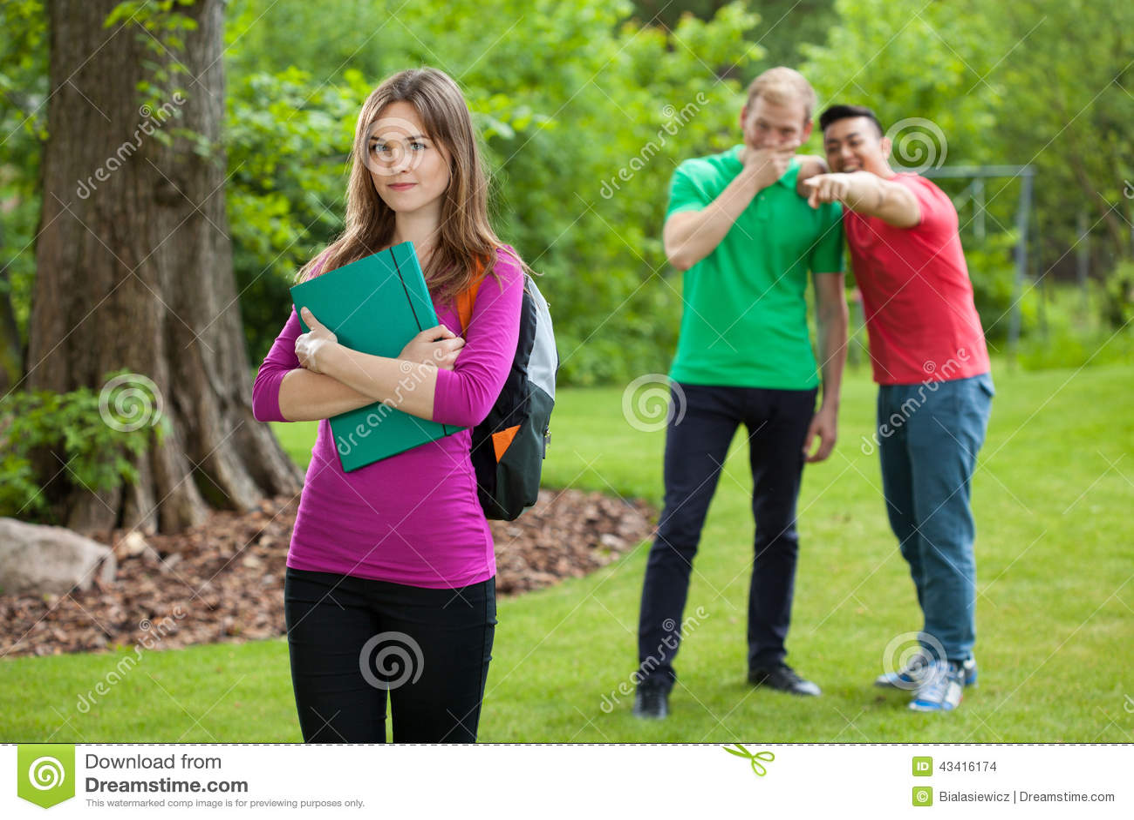 Nastoletni chłopacy śmia się za dziewczyna plecy