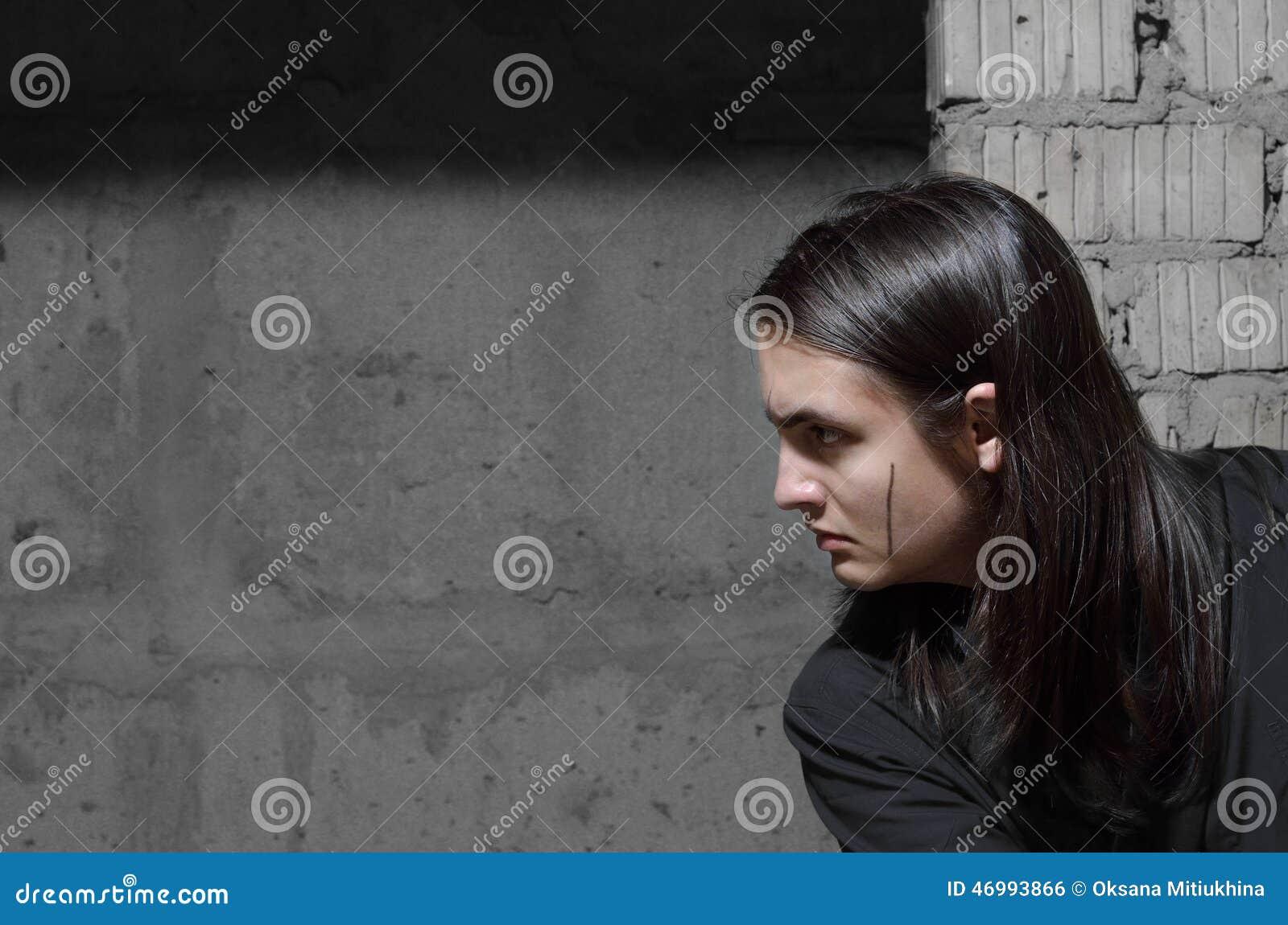 Nastoletni chłopak kraść w zaniechanym budynku