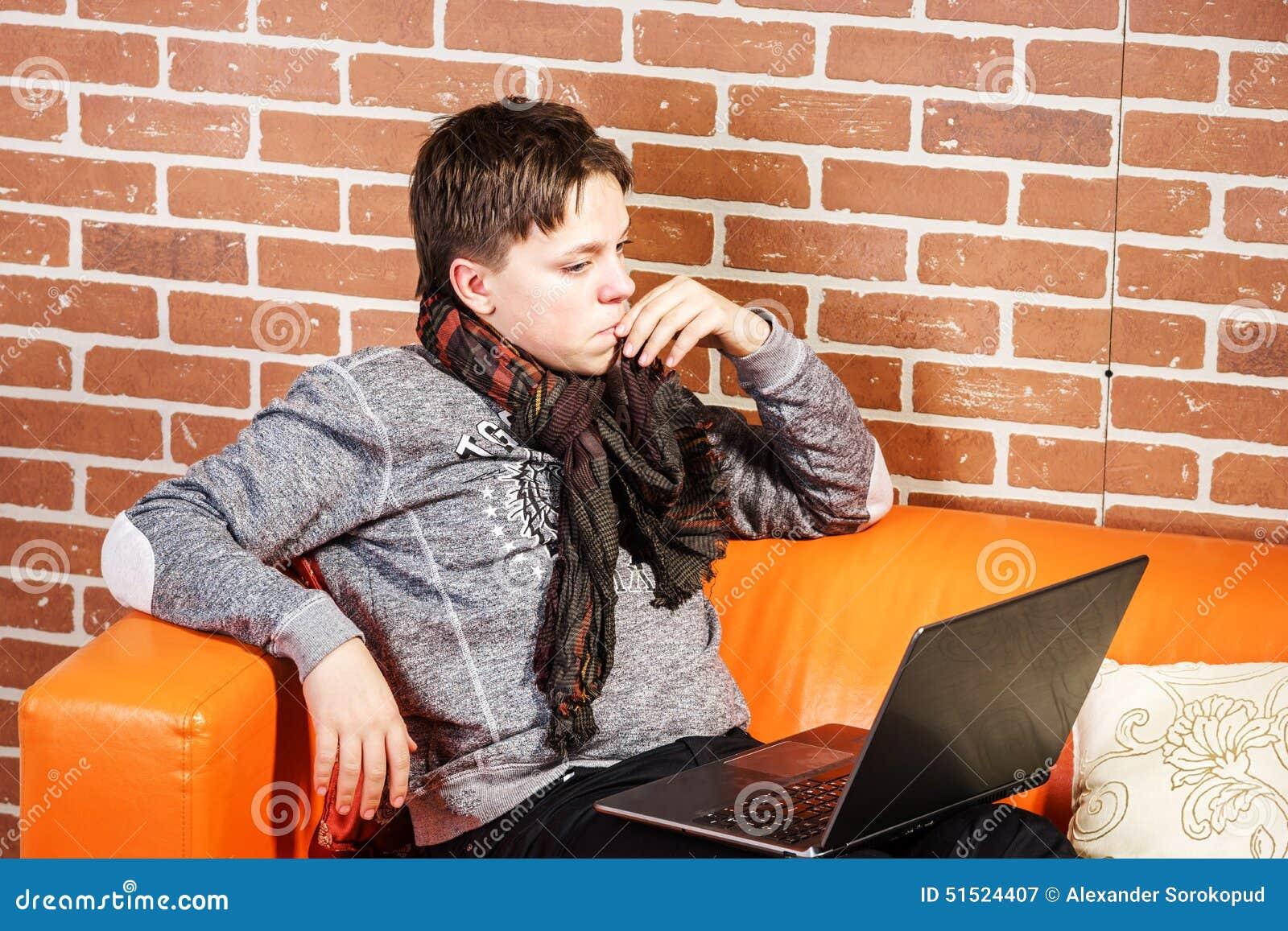 Nastoletni chłopak pracuje na laptopie Koncentracja i ochłonięcie