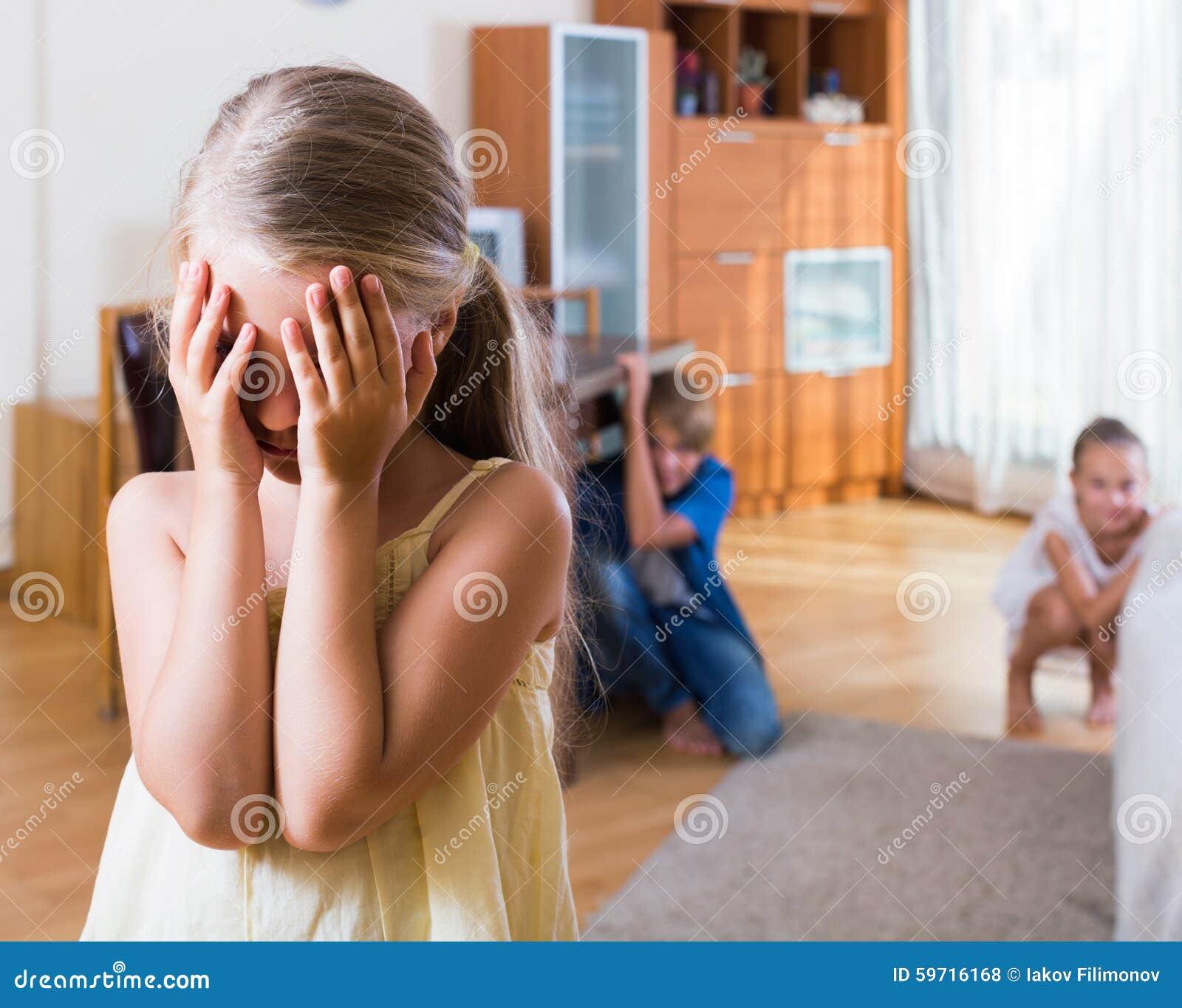 Nastoletni chłopak z siostrami bawić się aport