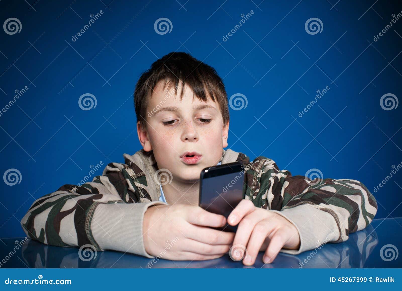 Nastoletni chłopak z telefonem w ręce