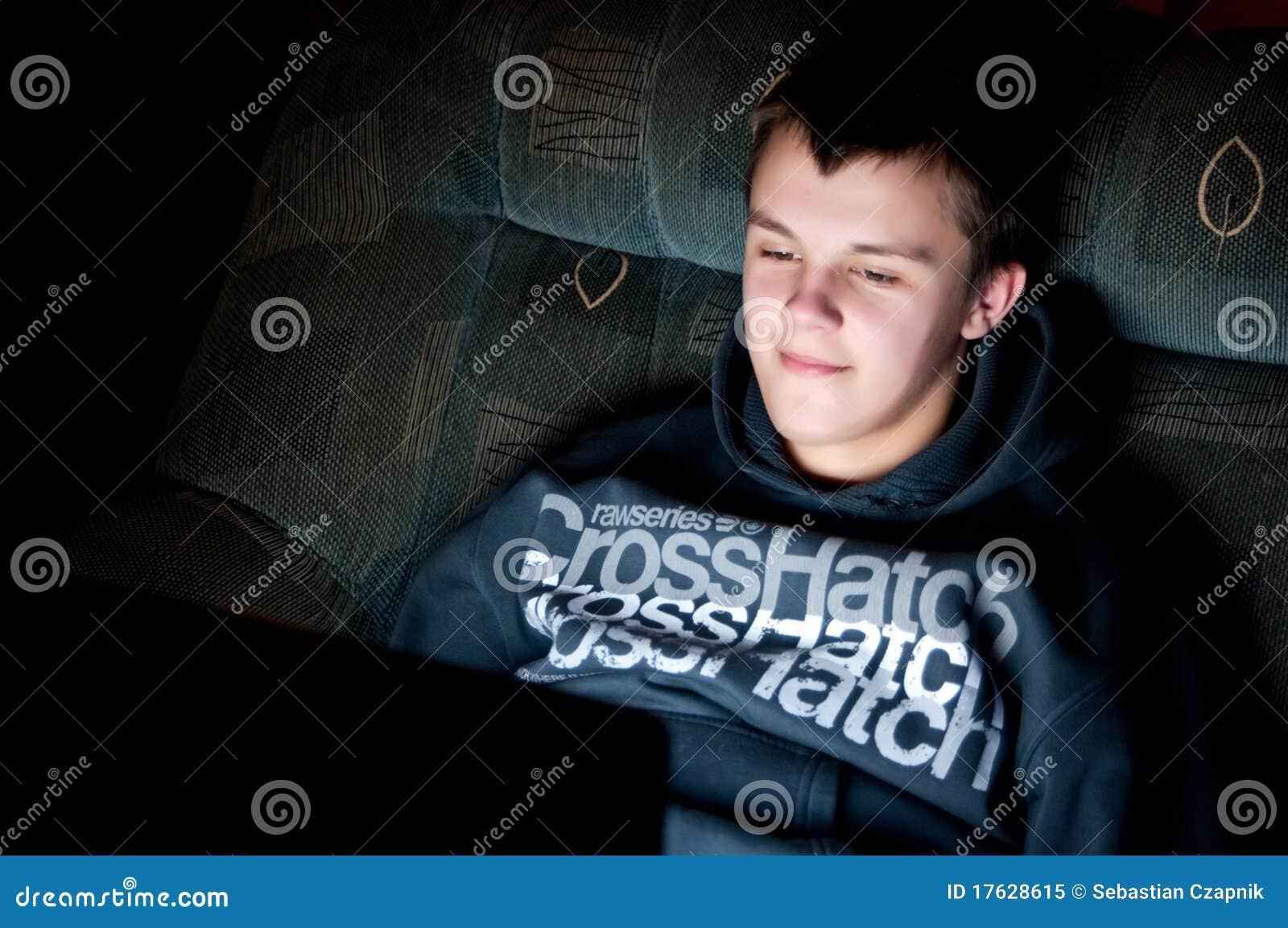 Nastoletni chłopiec laptop