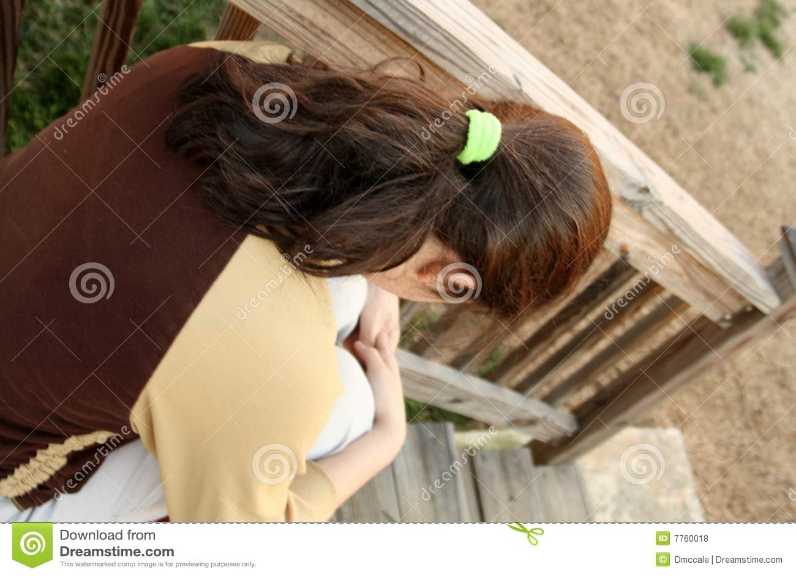 Nastoletni dziewczyna przygnębeni schodki