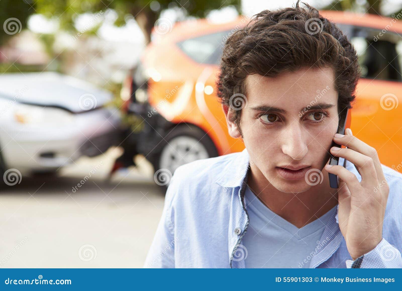 Nastoletni kierowca Robi rozmowie telefonicza Po wypadku ulicznego