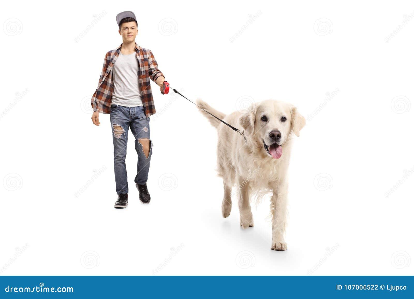 Nastoletni modniś chodzi psa