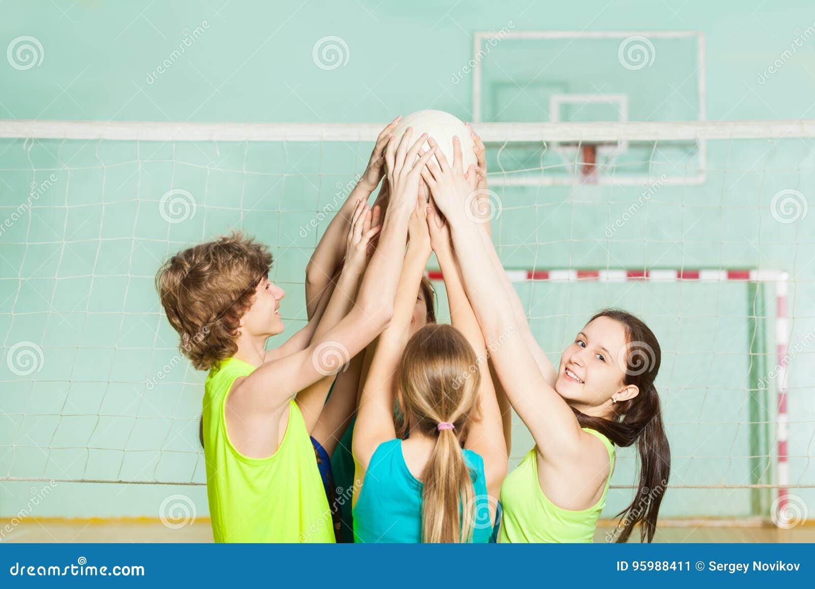 Nastoletni siatkówka gracze trzyma balowego koszt stały