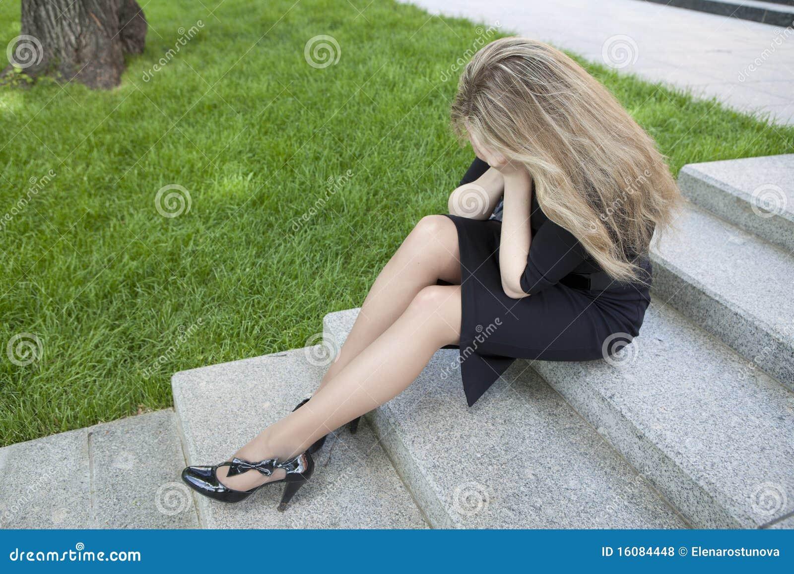 Nastoletni siedzący dziewczyna schodki