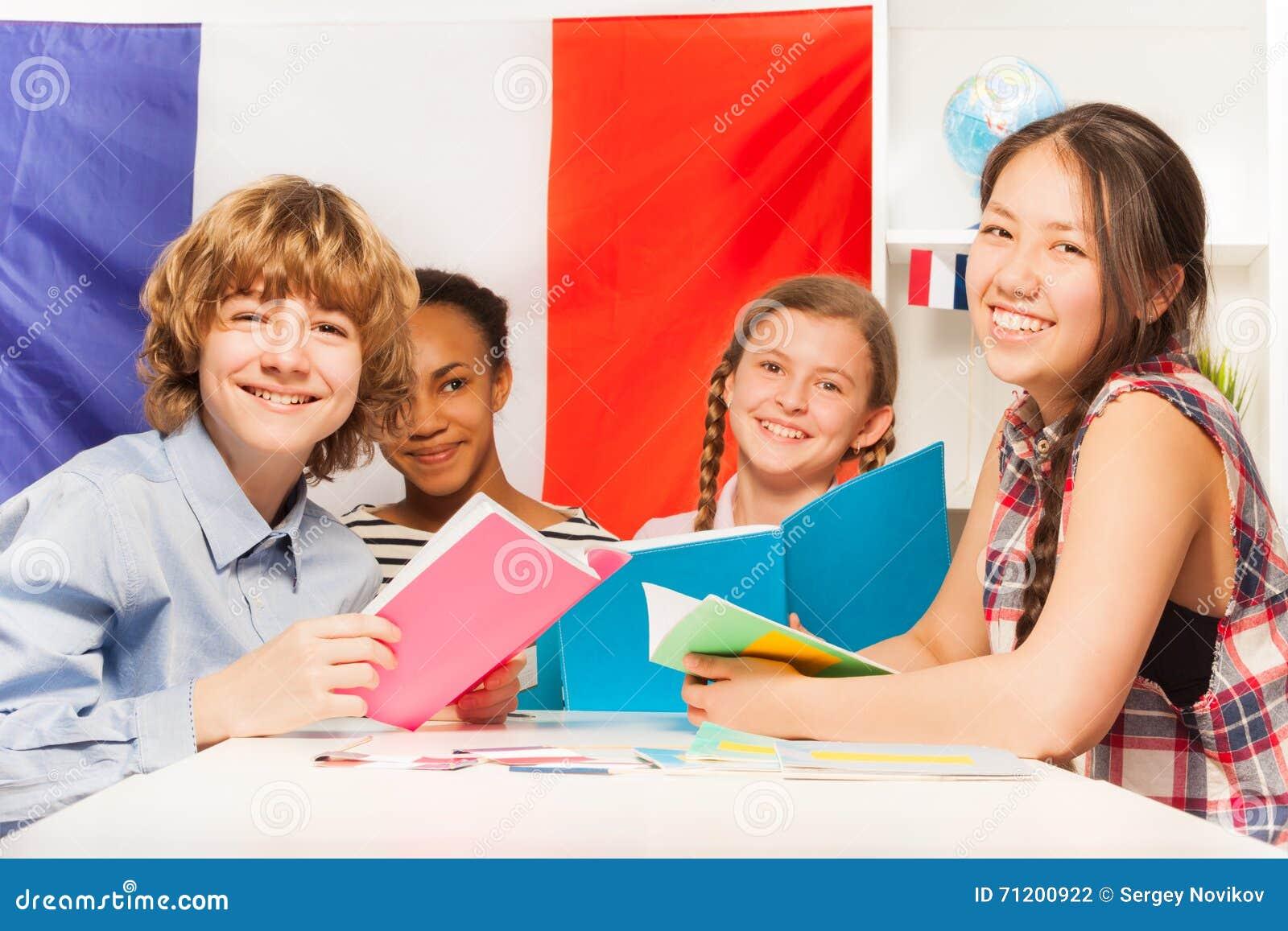 Nastoletni ucznie uczy się francuza przy sala lekcyjną