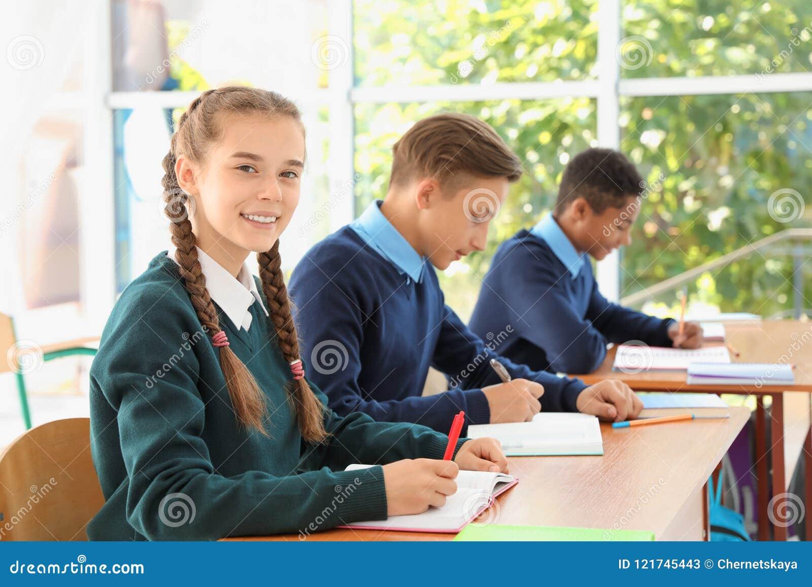 Nastoletni ucznie w sala lekcyjnej