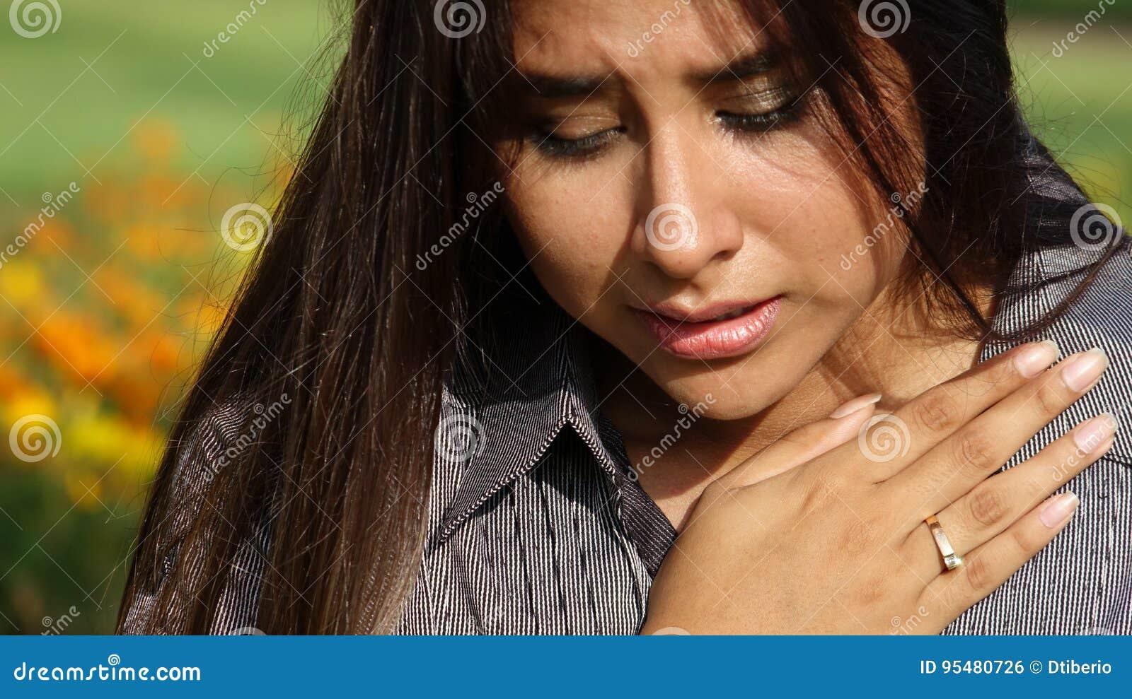 Nastoletnia dziewczyna płacze