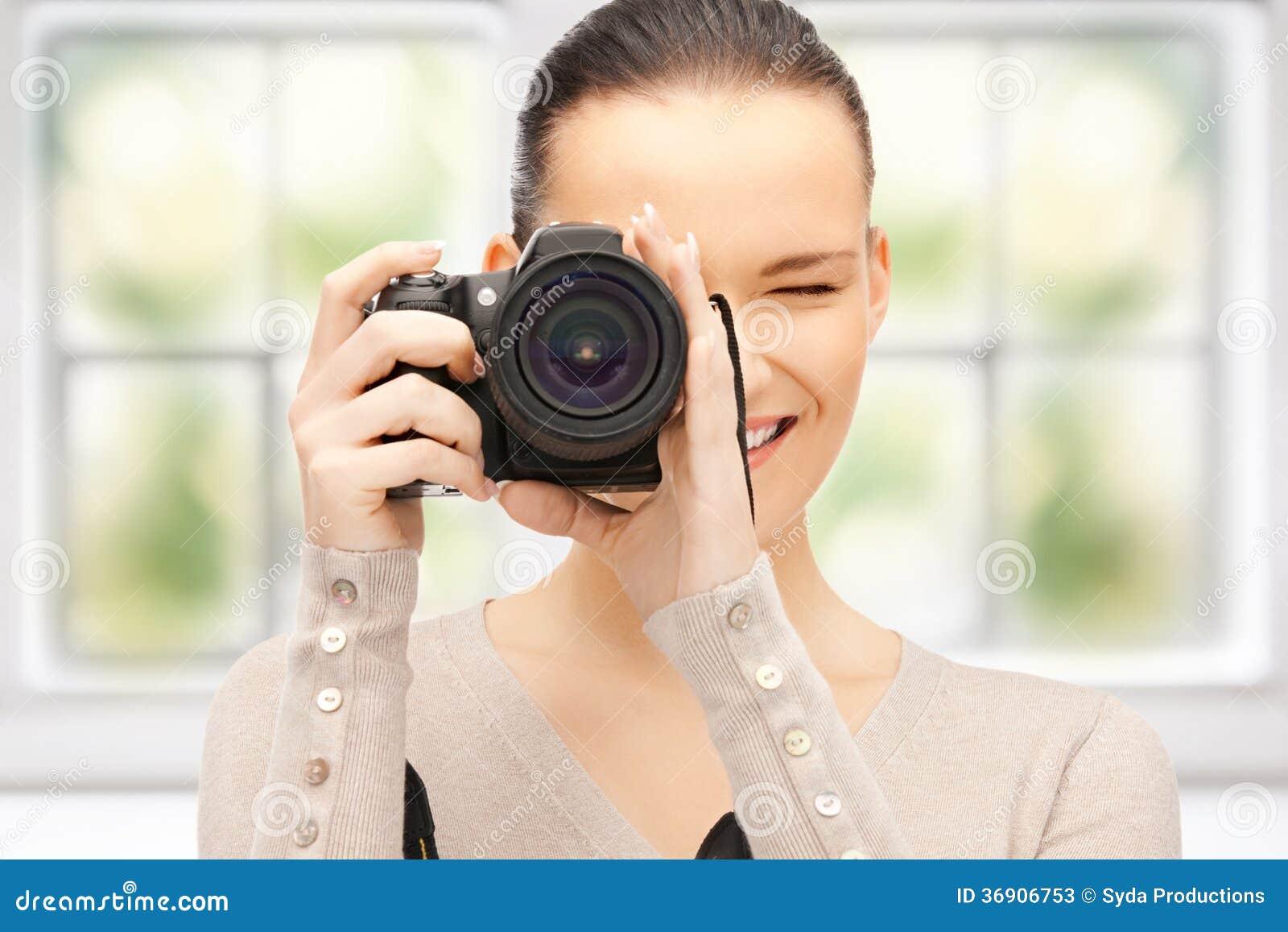 Nastoletnia dziewczyna z cyfrową kamerą