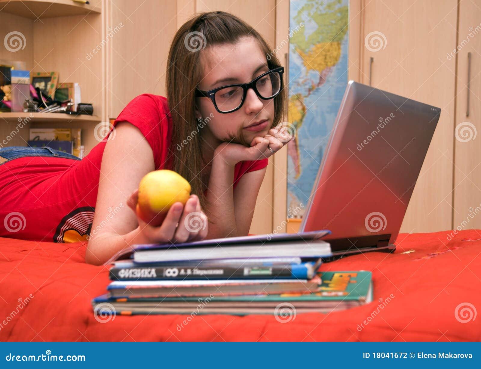 Nastoletnia frontowa komputer dziewczyna
