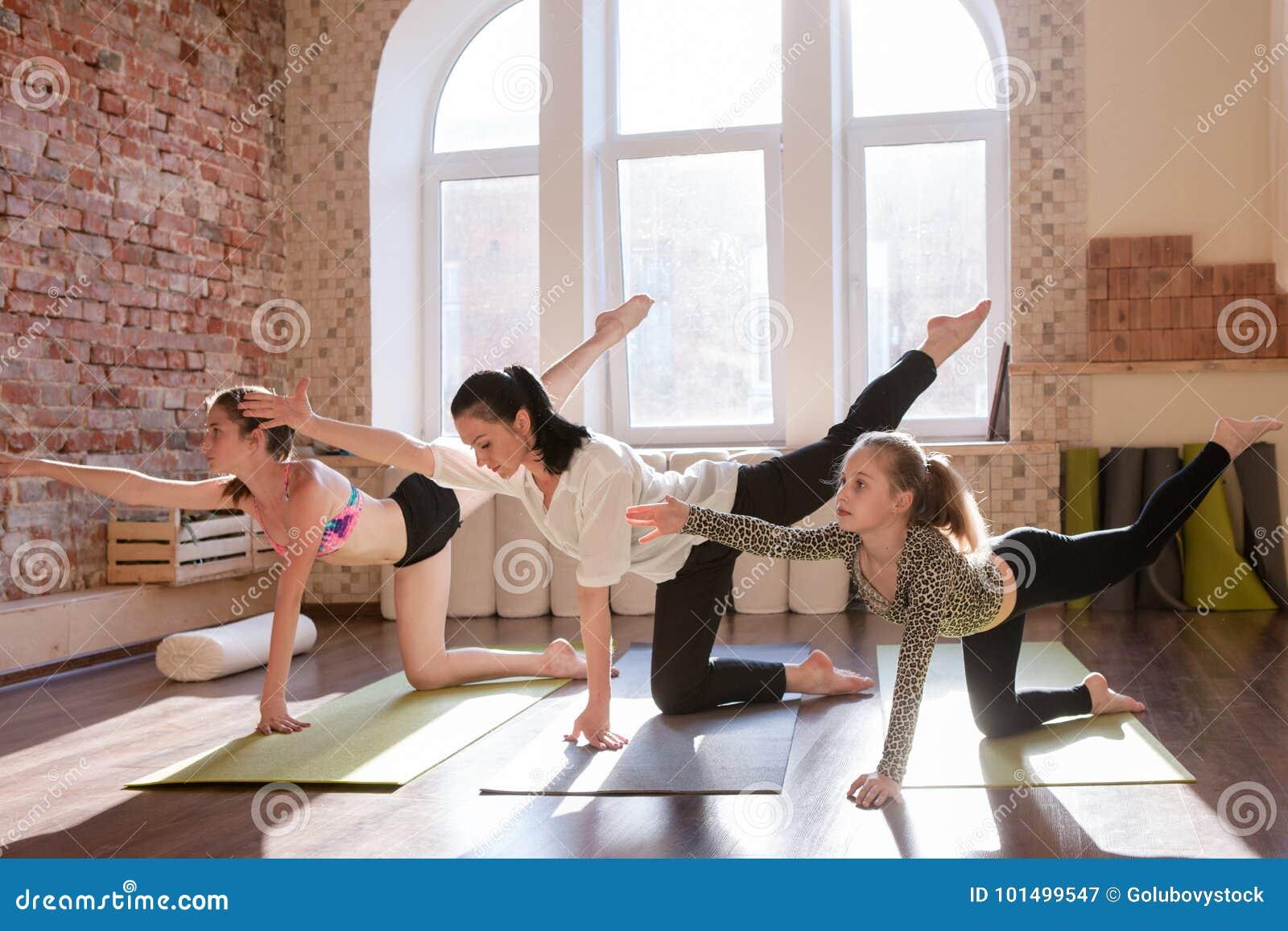Nastoletnia joga klasa Dziewczyn gimnastyki