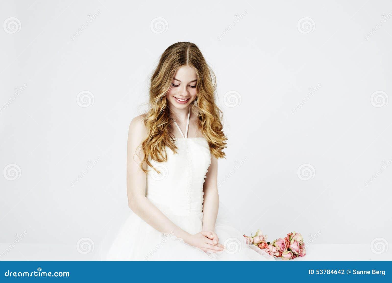 Nastoletnia kwiat dziewczyna w bielu