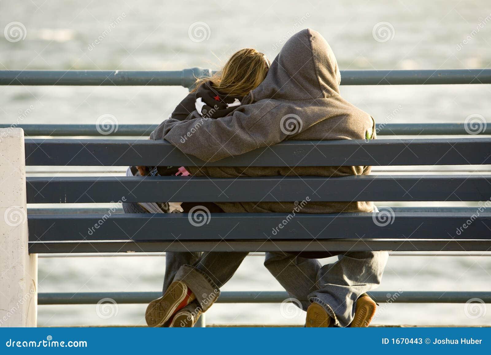 Nastoletnia miłości ławki pary
