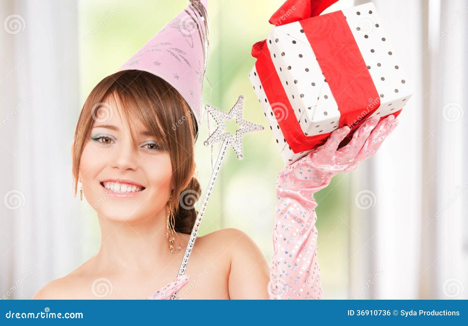 Nastoletnia partyjna dziewczyna z magicznym różdżki i prezenta pudełkiem