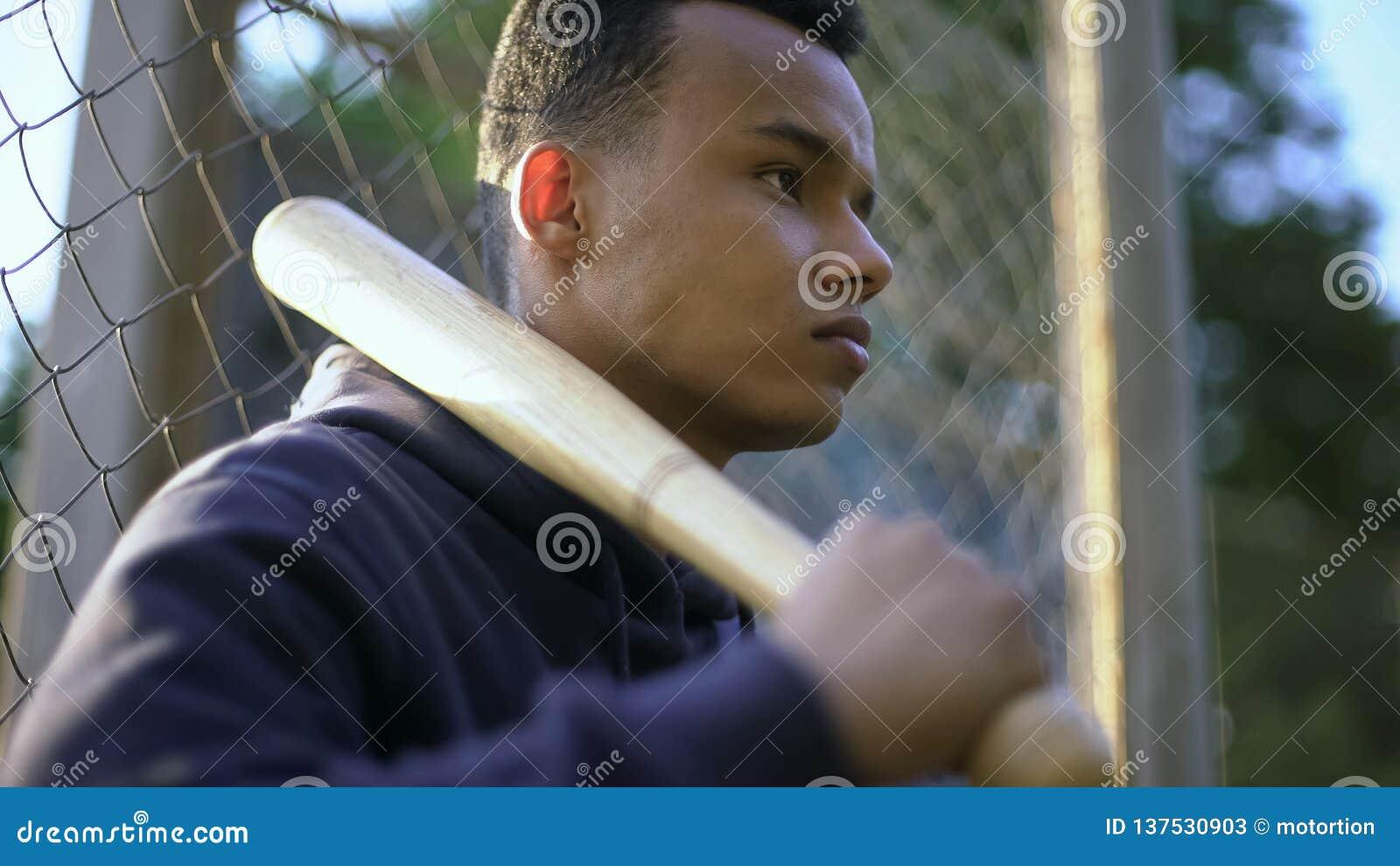 Nastoletniego chłopaka mienia kij bejsbolowy, gang młodocianych przestępców w getcie, nieletnia przestępczość