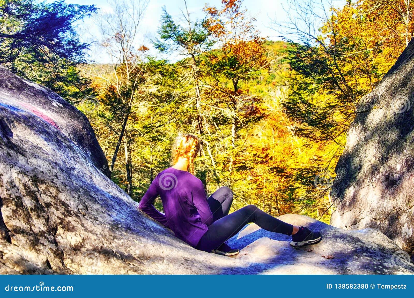 Nastoletniej Dziewczyny obsiadanie na skałach przy Kent spadkami