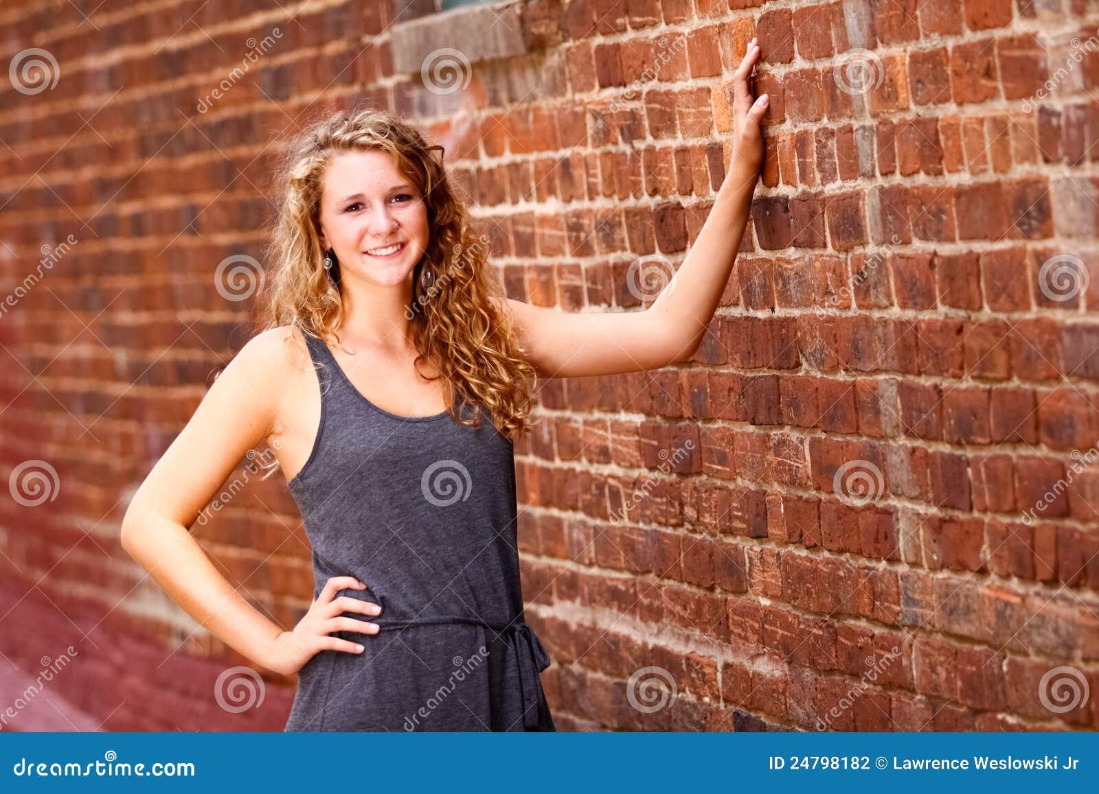Nastoletniej Dziewczyny Szarość Sukni Ściana Z Cegieł