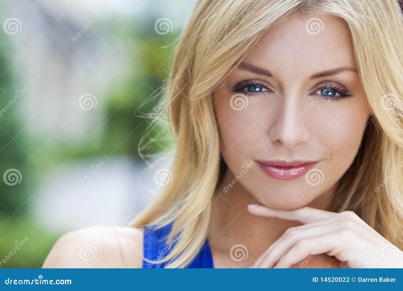 Natürlich Schöne Blonde Frau Mit Blauen Augen Stockfoto Bild Von