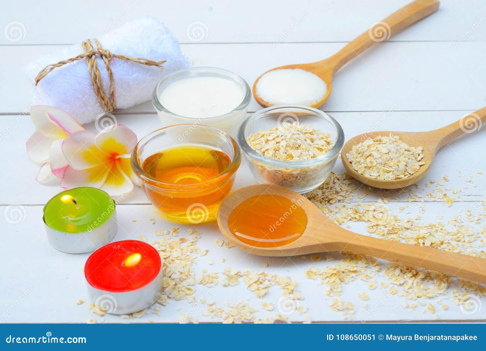 Natürliche Bestandteile für selbst gemachtes Körper-Gesicht scheuern Haferhonig und -joghurt Makrodetail des kosmetischen Behälte