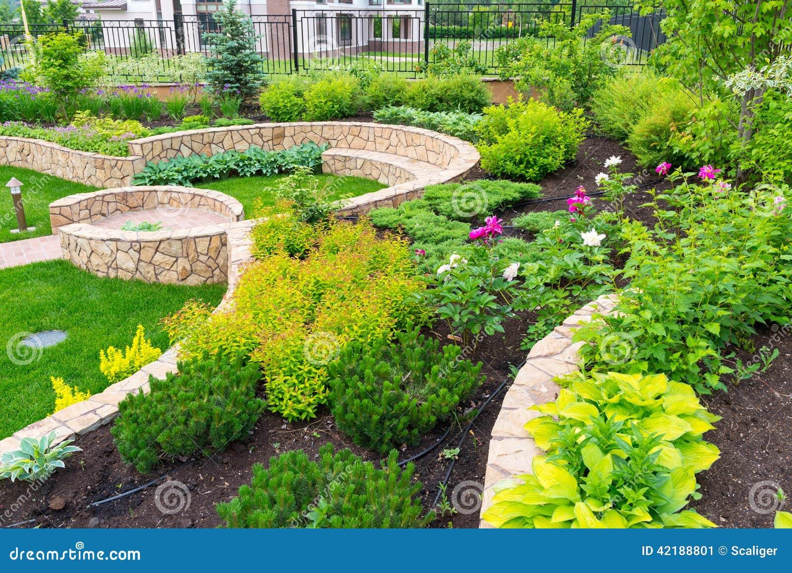 Landschaftsgestaltung  Natürliche Landschaftsgestaltung Im Hausgarten Stockfoto - Bild ...