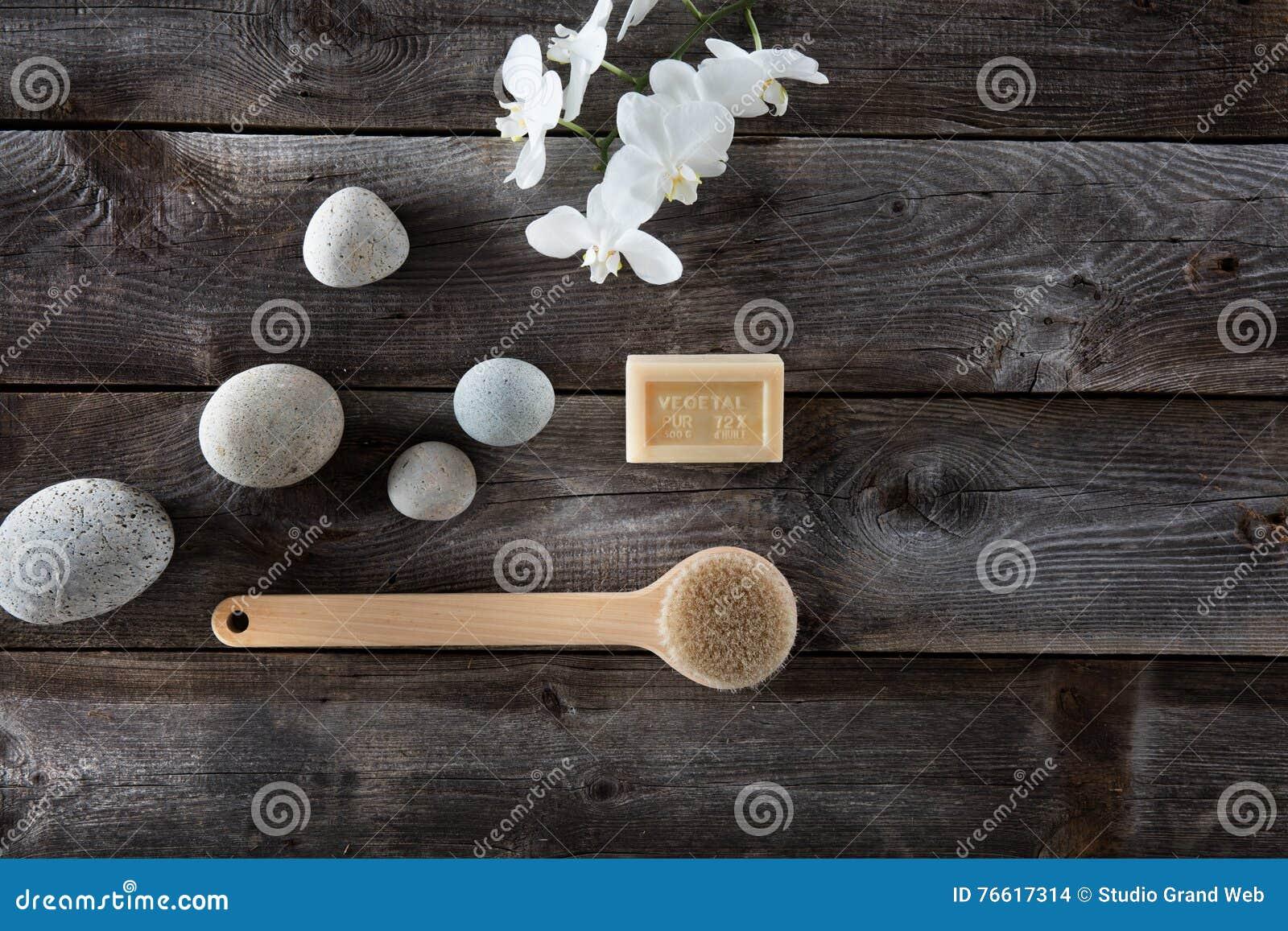 natürliches badkonzept mit kieseln, rückseitenbürste und weißen, Hause ideen