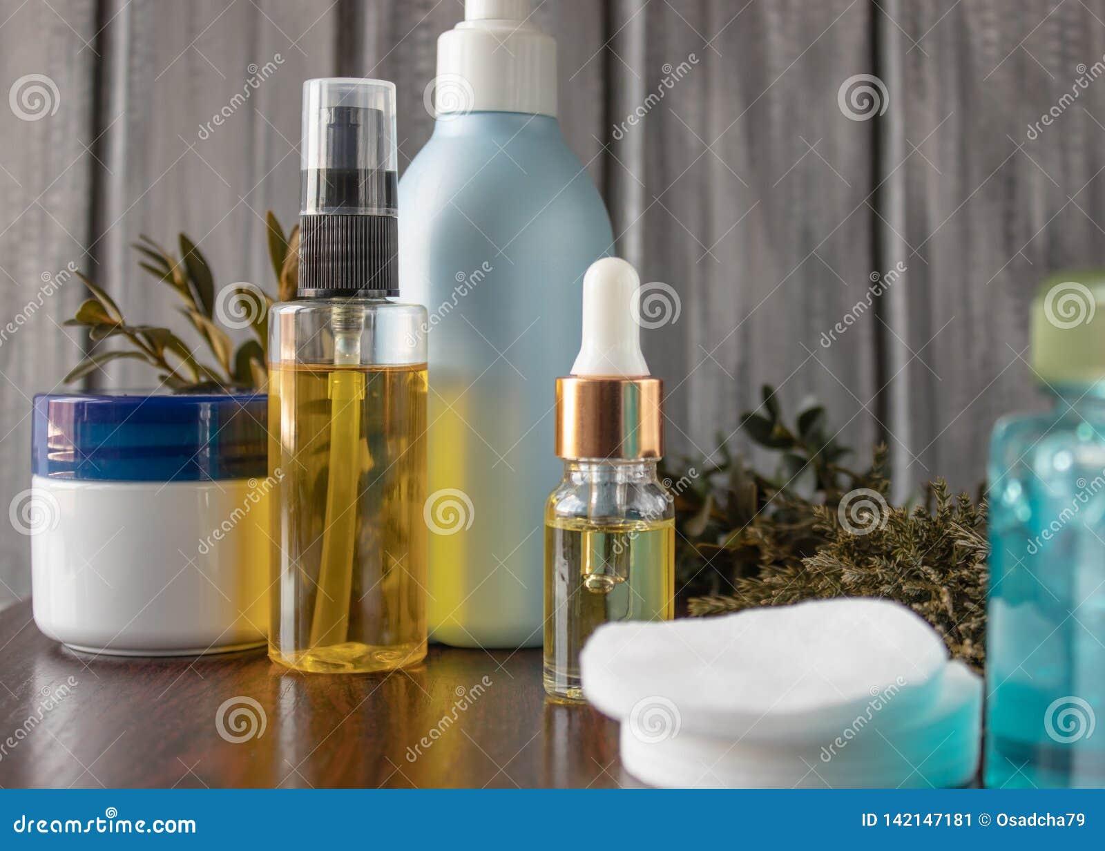 Natürliches kosmetisches ätherisches Öl in einer Flasche mit einer Pipette
