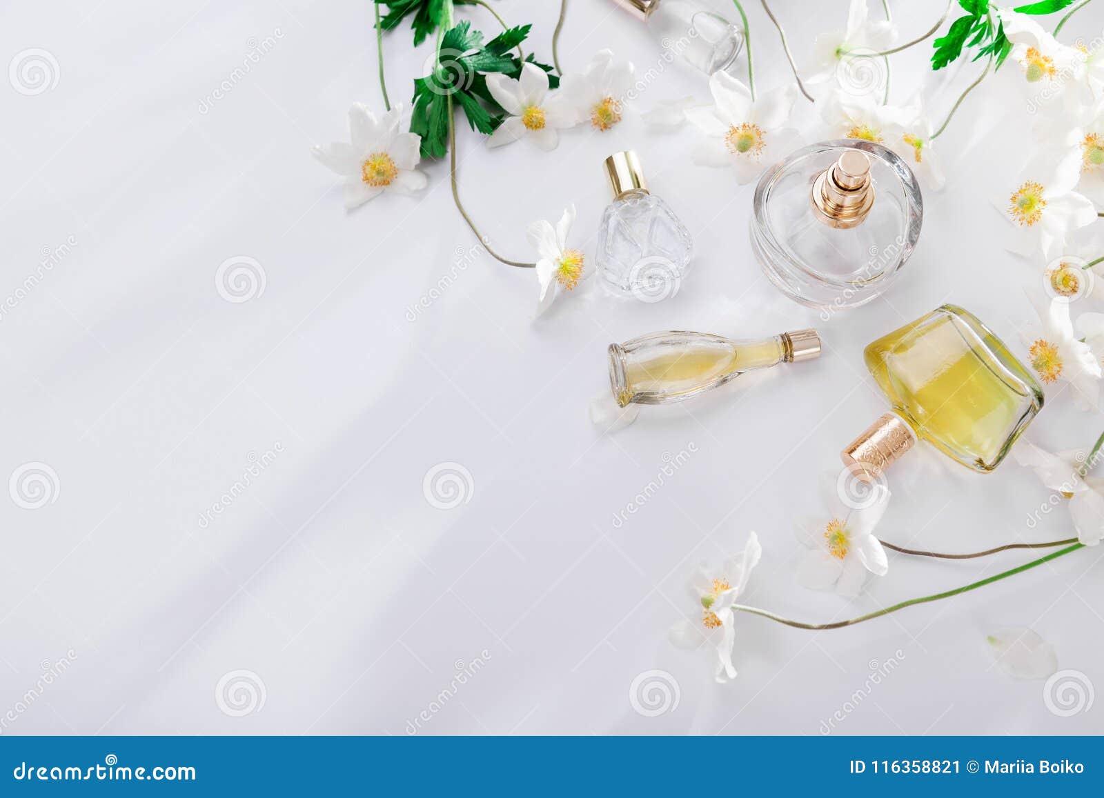 Natürliches Parfümkonzept Flaschen Parfüm mit weißen Blumen Blumenduft