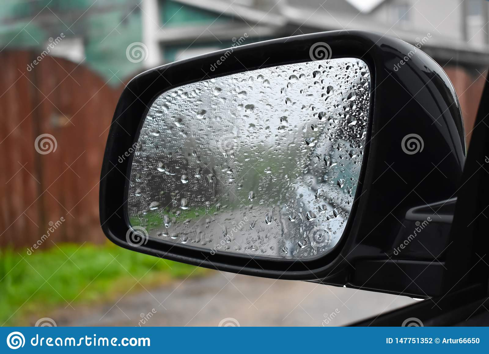 Nat van de regen de spiegel van auto dichte omhooggaand