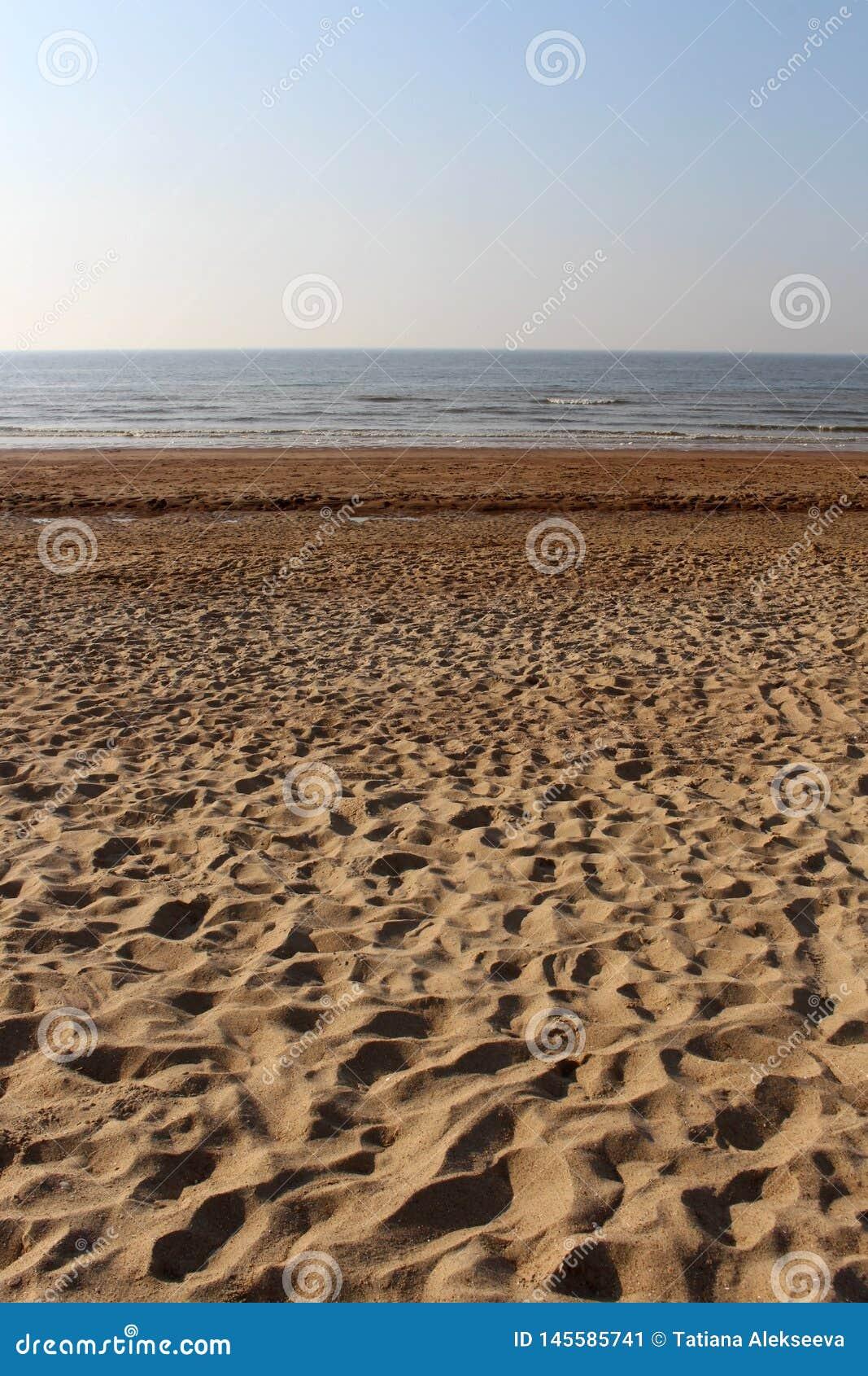 Nat zand, lichte zeebries en avondhemel :
