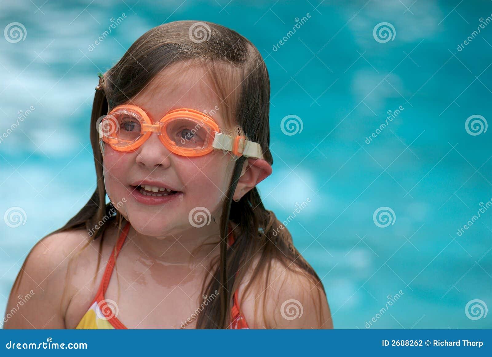 Natação da menina com óculos de proteção
