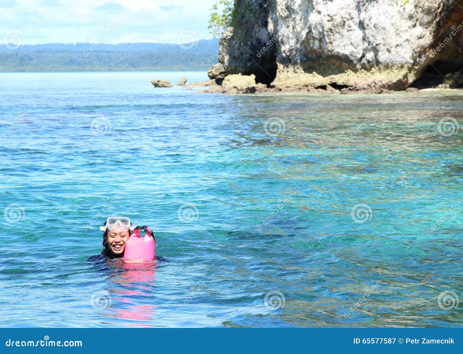 Natação da menina na água