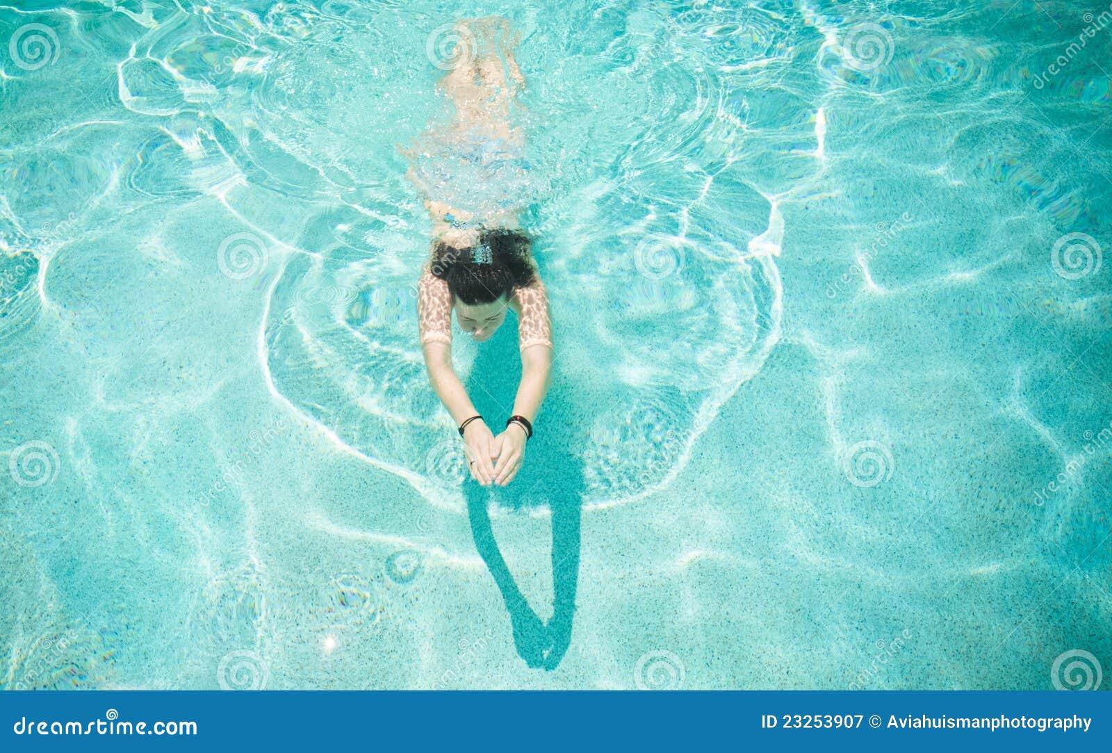 Natación de la mujer en piscina