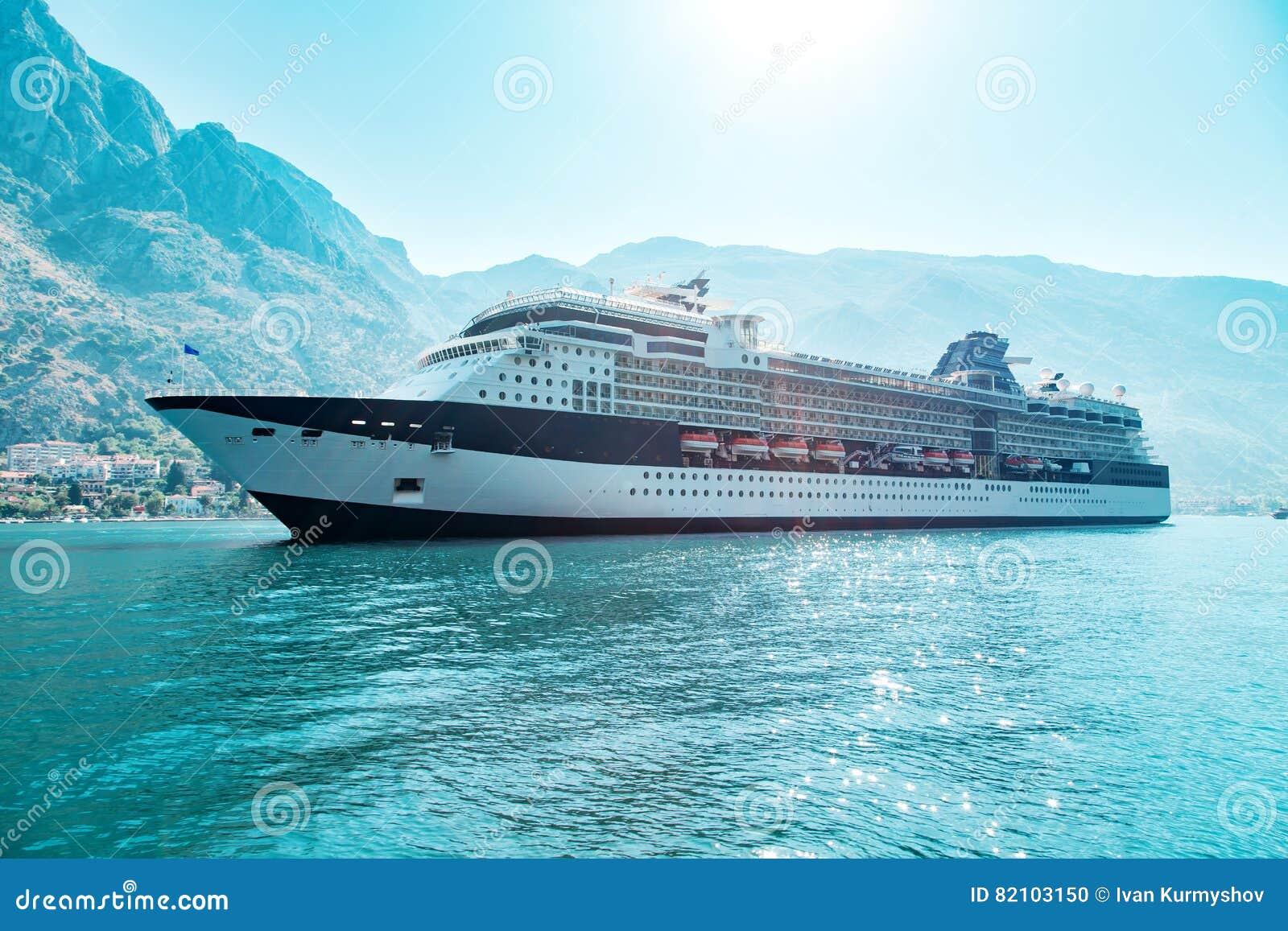 Natación de la nave del trazador de líneas de la travesía en el mar adriático azul