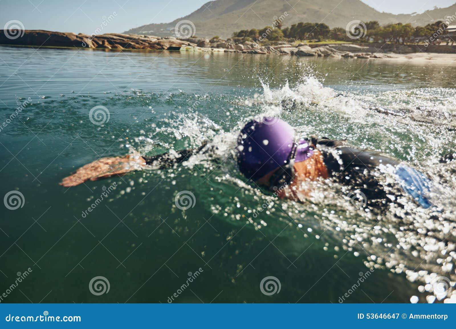 Natación del hombre en una competencia triathletic