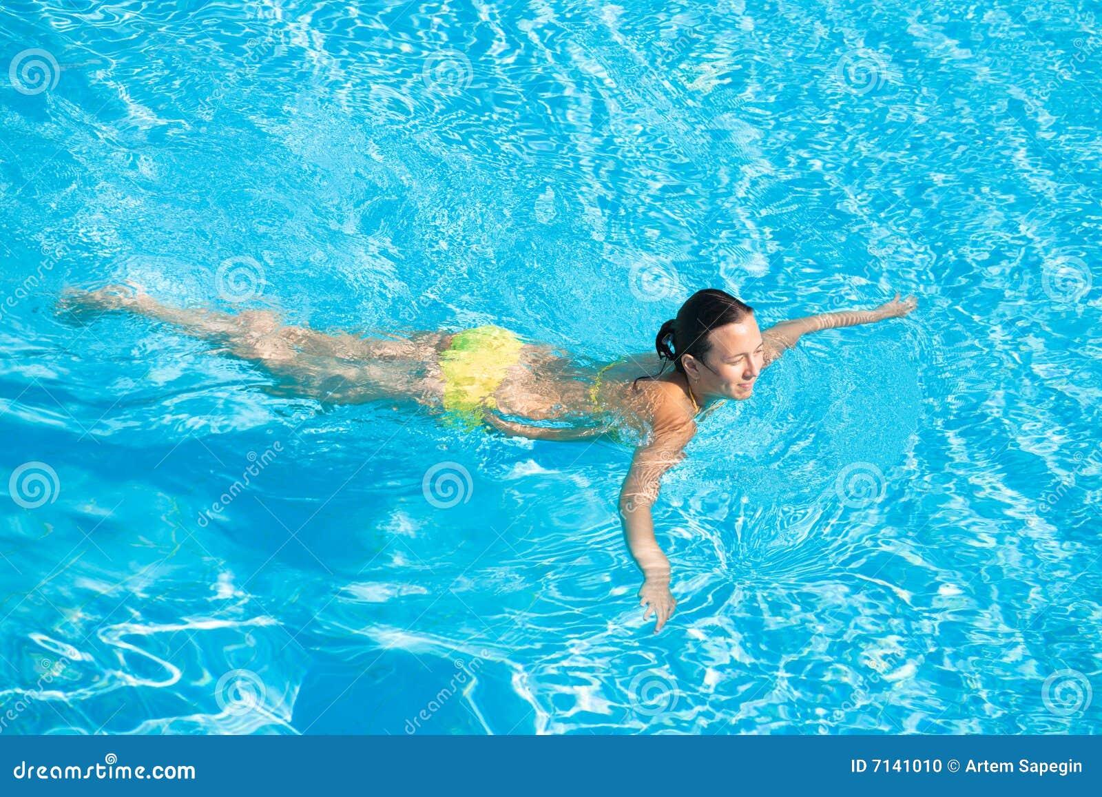 Natación hermosa de la mujer en piscina